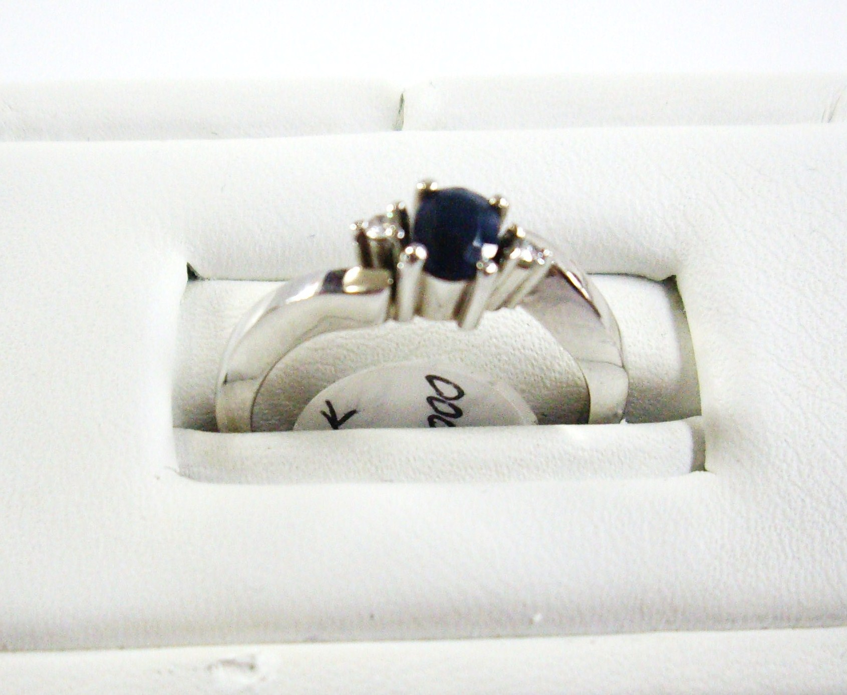 Anillo en oro blanco y safiro - White gold and sapphire ring