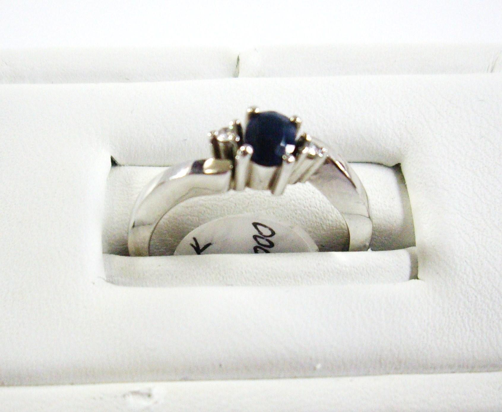 Anillo en oro blanco y safiro - White gold and sapphire ring